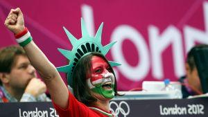 Ungerska fansen jublar, Ungern avancerar