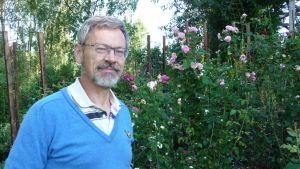Michael Luther vid sin rosenträdgård