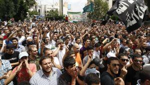 Sunnimuslimer i Beirut demonstrerar mot al-Assad.