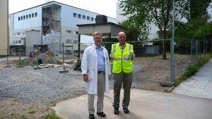 Auvo Rauhala och Håkan Knip utanför nybyggda flygeln vid Vasa centralsjukhus