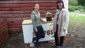 Tessa Turtonen och Nina Lindman från Stormossen framför Strömsös nya kompost.