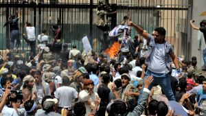 Demonstranter stormar USA:s ambassad i Sanaa.