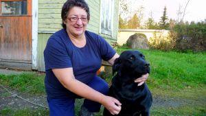 Helena Ahti och labradortiken Maikki