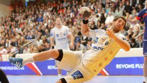 En av de utpekade spelarna, Luka Karabatic, under en match den 30 september 2012.
