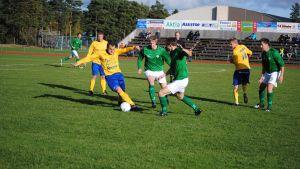 FC HIK:s Henri Satomaa med bollen, lagkamratem Kristian Fast i bakgrunden. Längst till höger Hickens Joni Kinnunen.