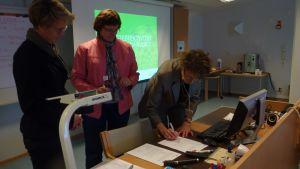 VNS och Novia undertecknar avtal. På bilden Eva Sandberg- Kilpi, Gabi Erroll och Marianne Gripenberg-Gahmberg