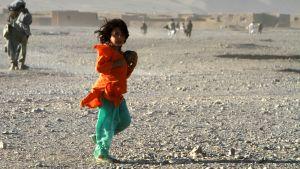 Flicka vid flyktingläger utanför Herat.