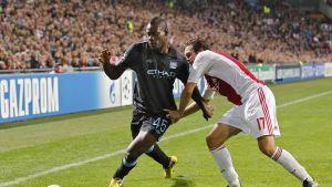 Mario Balotelli och Daley Blind kämpar om bollen.