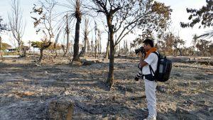 Fotograf tar bild av nerbränd rohingyaby i västra Burma.