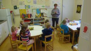 Förskolebarn i Västankvarn lyssnar på specialbarnträdgårdslärare Sonja Forsberg.