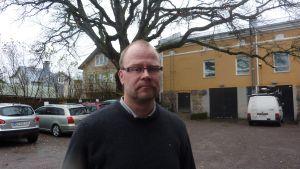 Jyrki Hakkarainen har nu befriats från tjänsten som utvecklingsdirektör i Raseborg.