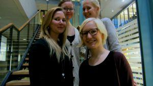 Fyra unga kvinnor, (fr vänster Lotta Kujala, Inari Natri,  Anni Pesonen och Mia Eriksson bak till höger) står i trappan i produktionsekonomins byggnad i Otnäs. De studerar vid Aalto-universitetet och vill bli chefer i framtiden.