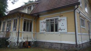 I den här villan finns Bromarf filialbibliotek. Staden Raseborg vill sälja huset och ortsborna är rädda för att bibban försvinner.