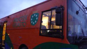 Bokbussen i Raseborg är ny och grann, bakom ratten skymtar Carl-Magnus Blomberg