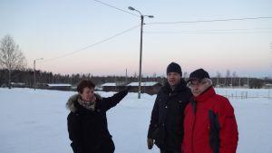 Här skulle den nya idrottshallen i Sjundeå placeras, säger Helena Lönn, Henrik Rehnberg och Frej Karlsson