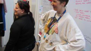 Två frivilligarbetare i hjälporganisationen Hopes lager i Helsingfors. Hope delar ut kläder och möbler till mindre bemedlade.