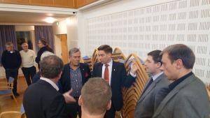 Thomas Blomqvist och partiernas representanter diskuterar under en paus hur fullmäktigemöte ska fortsätta.
