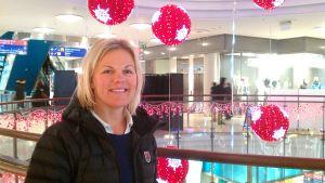 Elisabeth Eriksson trivs inte i stora köpcenter, men poserar snällt.