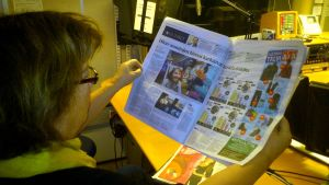 Camilla Berggren studerar förnyade Helsingin Sanomat