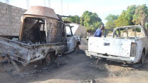 På de trånga gatorna står sönderbombade och brända bilvrak, som rebellerna lämnat efter sig.