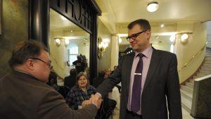 Juha Sipilä skakar hand med en man vid strategidagen