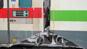Snö och is mellan tågvagnar.