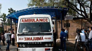 En ambulans lämnar Tihar-fängelset i New Delhi