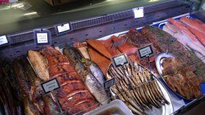 Rökta fiskprodukter i Sandvikens saluhall i Helsingfors.