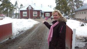 Välkommen, säger Heidi Mangström, rektorn för Västnkvarn skola, till eleverna från Merituulen koulu.