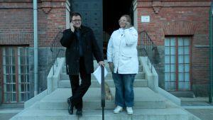 Markku Pukkinen (SDP) och Annika Haldin (SDP) meddelar bildningsnämndens beslut åt pressen