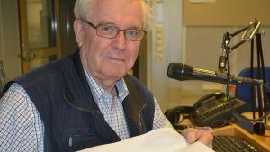 Naturväktaren Björn Federley visar upp fladdermusbajs.