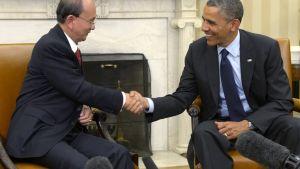 Burmas president Thein Sein skakar hand med USA:s president Barack Obama i Vita huset.