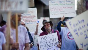 Demonstranter befarar miljörisker med utvinning av skiffergas i USA