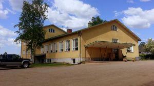 Komossa skolbyggnad är från 1950-talet