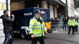 En av mordåtalade anländer till domstolen i London.