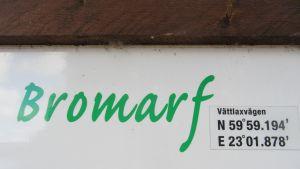 Skylt från sandstranden nedanför biblioteket Furutorp i Bromarv.