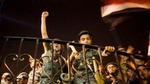 Soldater firar efter att Mursi avsattes som landets president.