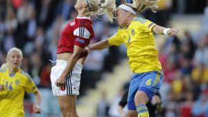 Pernille Harder och Sara Thunebro i kamp om bollen.