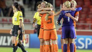 Holländskorna firar 0-0 mot Tyskland.