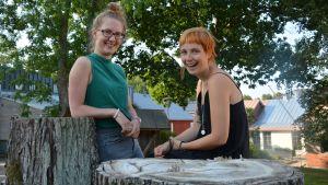 Kristina Grönqvist (t.v.) och Malena Backman sommarjobbar på kulturbyrån i Raseborg.