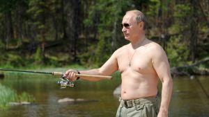 Putin fiskar. Utan skjorta.