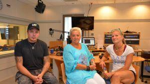 Mikko Sipola, Benita Bittait och Salla-Maaria Lehmussaari i studion.