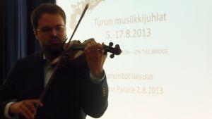 Violinisten Petteri Iivonen uppträder på flera av Åbo musikfestspels konserter.