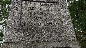 En minnessten med texten: Här vid Landsbro stredo tappre män för hembygd och fosterland den 22 augusti 1713.