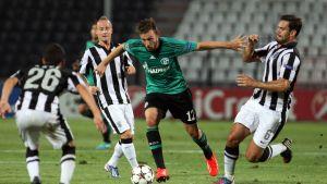 Marco Höger i kamp om bollen med tre PAOK-spelare.