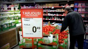 Billiga polkska tomater i mataffär i Vasa