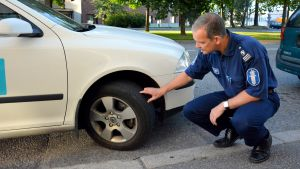Kommissarie Mika Jylhä granskar ett bildäck