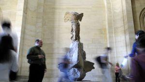 Flera miljoner människor besöker Louvren varje år