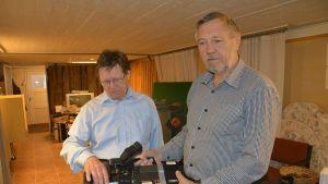 Butti Ljunqvist och Leif Stenwall visar den första kameran på Ekenäs TV.