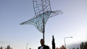 Formgivaren Stefan Lindfors vid skulpturen Aviator Solaris.